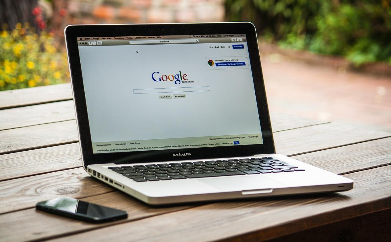 モニターに映るgoogleの検索画面