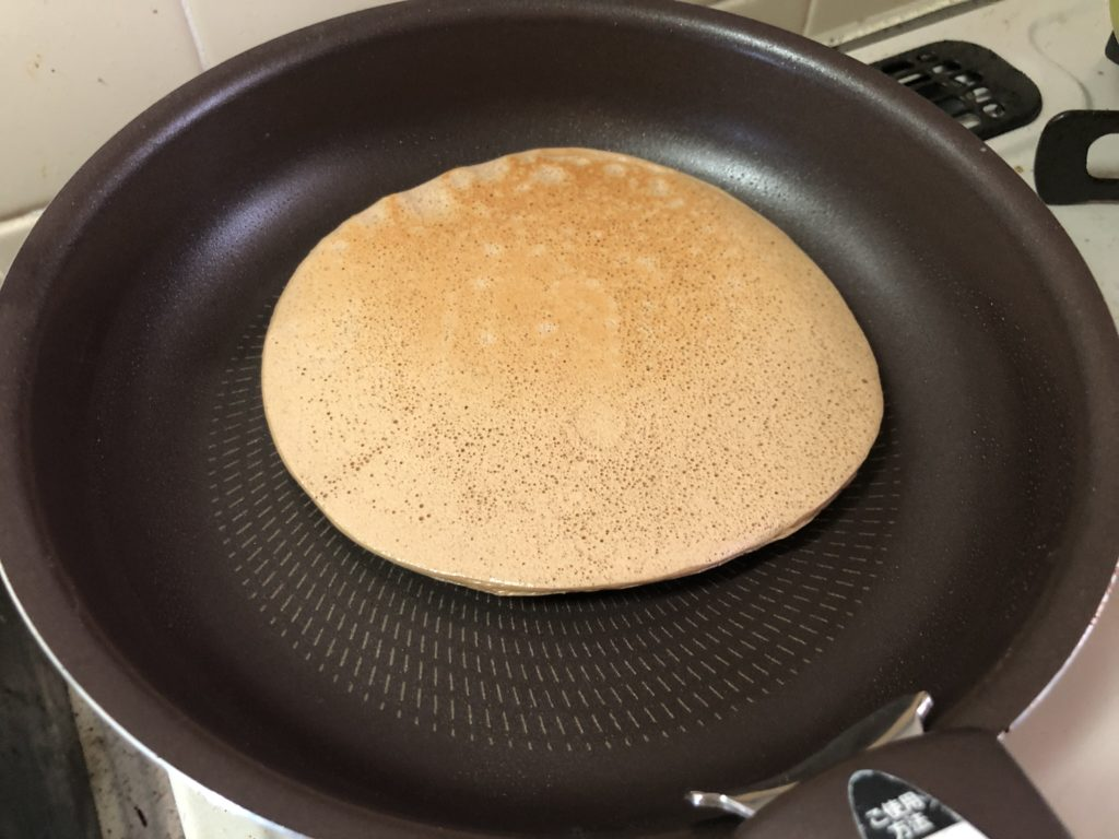 テフロン加工のフライパンでパンケーキを裏返す