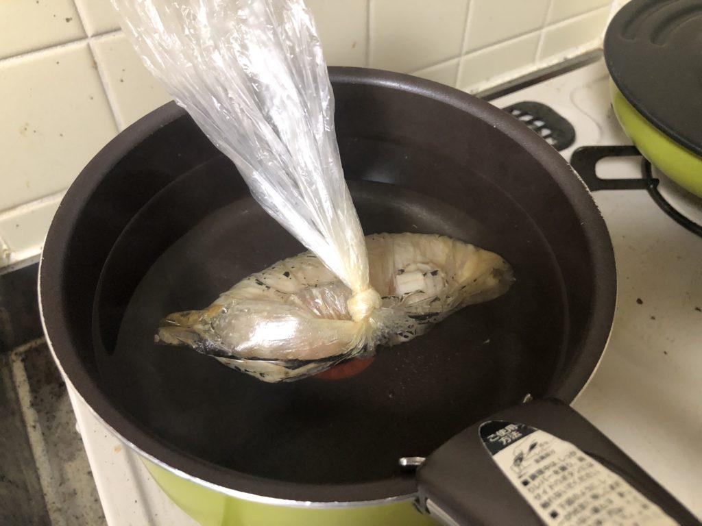 沸騰したお湯に鶏むね肉を入れる