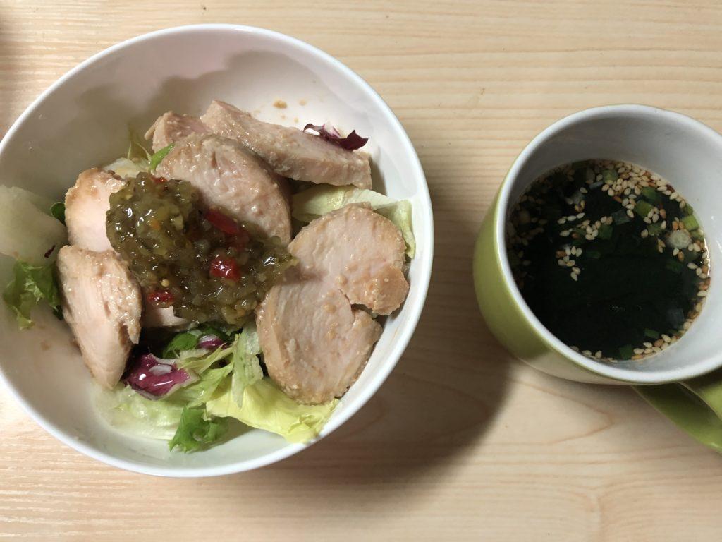鶏むね肉のサラダとわかめスープ