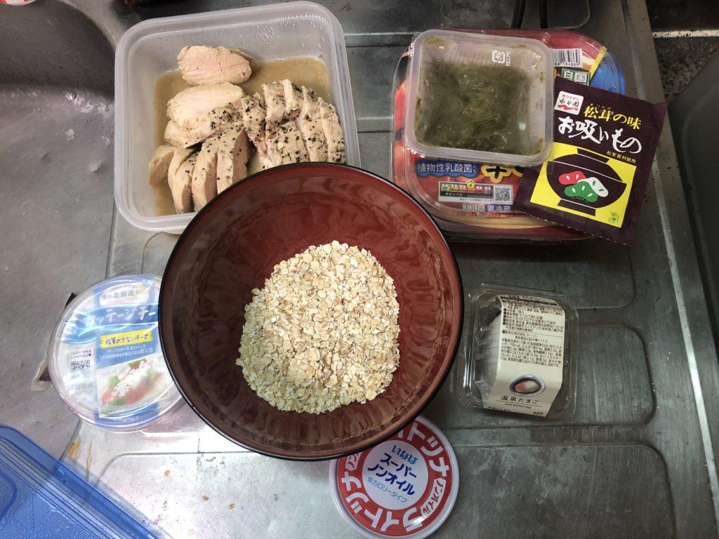 鶏むね肉、キムチ、メカブ、カッテージチーズ、半熟卵、ノンオイルツナ、オートミール、松茸のお吸い物