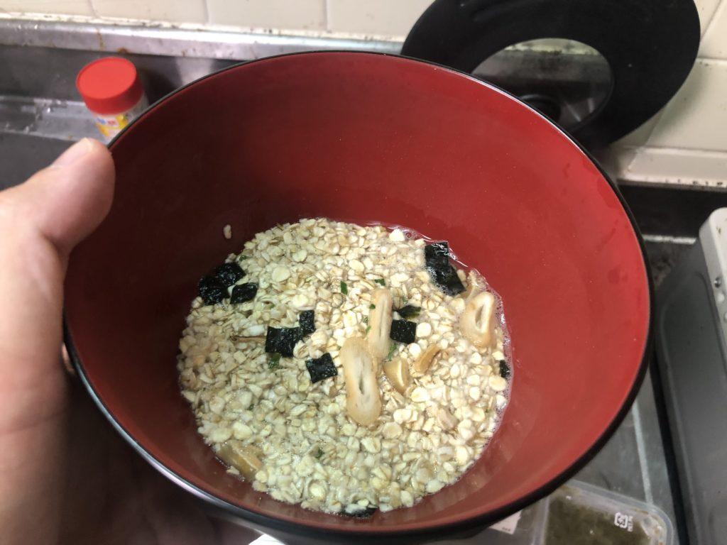 オートミールと松茸のお吸い物を入れてお湯でふやかす