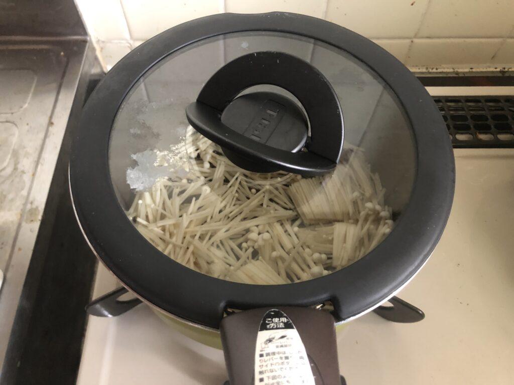 えのきと油揚げと麦茶が入った鍋