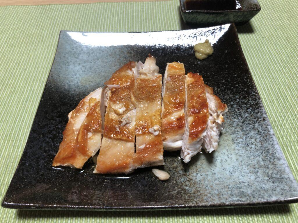 皿に盛り付けた鶏むね肉