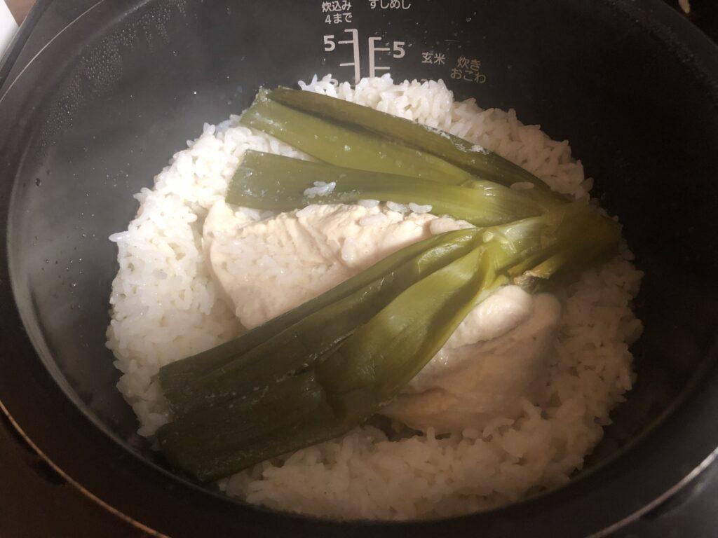 ねぎと鶏むね肉の入った炊飯窯